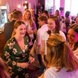 Judith Gerlach im lockeren Gespräch mit einigen jungen Frauen