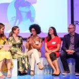 6 Teilnehmer einer Podiumsdiskussion. Mit dabei unter anderem Tijen Onaran, Judith Gerlach und Kenza Ait Si Abbou Lyadini