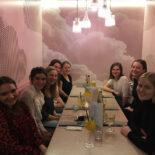 Einige Teilnehmerinnen sitzen an einem Tisch in einem Restaurant vor ihren Getränken.