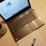 Laptop einer Workshop-Teilnehmerin zeigt das Twitter-Profil von BayFiD - daneben ein Notizblock und eine Tasse Tee