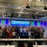 Gruppenbild der Teilnehmer*innen in einem großen Konferenzraum