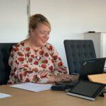 Valentina Daiber sitzt an ihrem Schreibtisch vorm Laptop