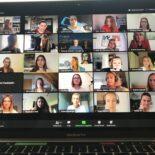 Laptop-Bildschirm zeigt 25 Teilnehmerinnen des virtuellen Events