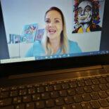 Laptop-Bildschirm der Videokonferenz mit Julia Bangerth groß im Bild und weiteren Teilnehmer*innen klein darüber