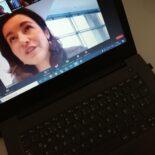 Let's Talk Roundtable am 20.11.2020: Laptop einer Teilnehmerin der Videokonferenz mit Staatsministerin des Bundes Dorothee Bär auf dem Screen