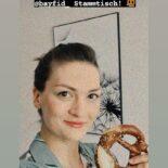 """Screenshot einer Instagram Story von Judith Gerlach mit einem Selfie von sich mit Brezel in der Hand. Darüber der Text """"Bis gleich zum virtuellen @bayfid_ Stammtisch!"""""""