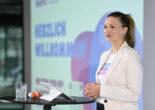 Judith Gerlach hält einen Vortrag