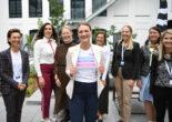 Gruppenfoto mir Judith Gerlach im Zentrum, die ein BayFiD T-Shirt trägt